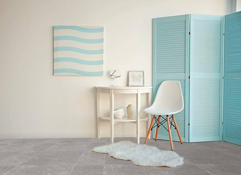 cadeira eames - divisória de madeira azul e cadeira eames branca