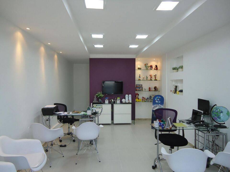 cadeira eames - escritório com parede roxa e cadeira brancas