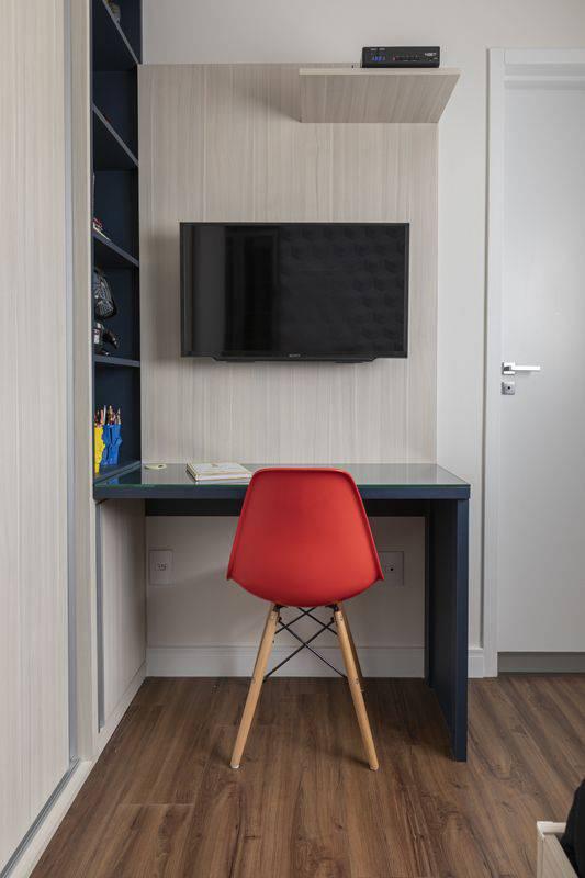 cadeira eames - estante em marcenaria azul e cadeira vermelha