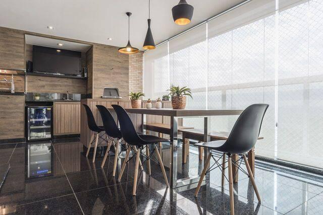 cadeira eames - luminárias metálicas pretas e mesa de madeira - Sandra Pompermayer