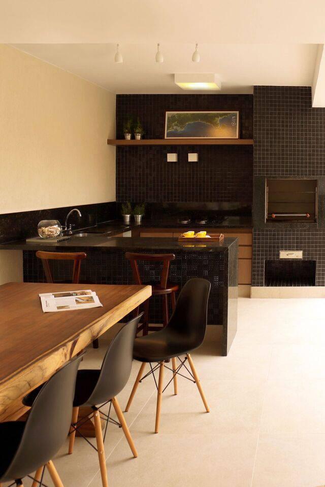 cadeira eames - parede com pastilhas preta e luminárias brancas