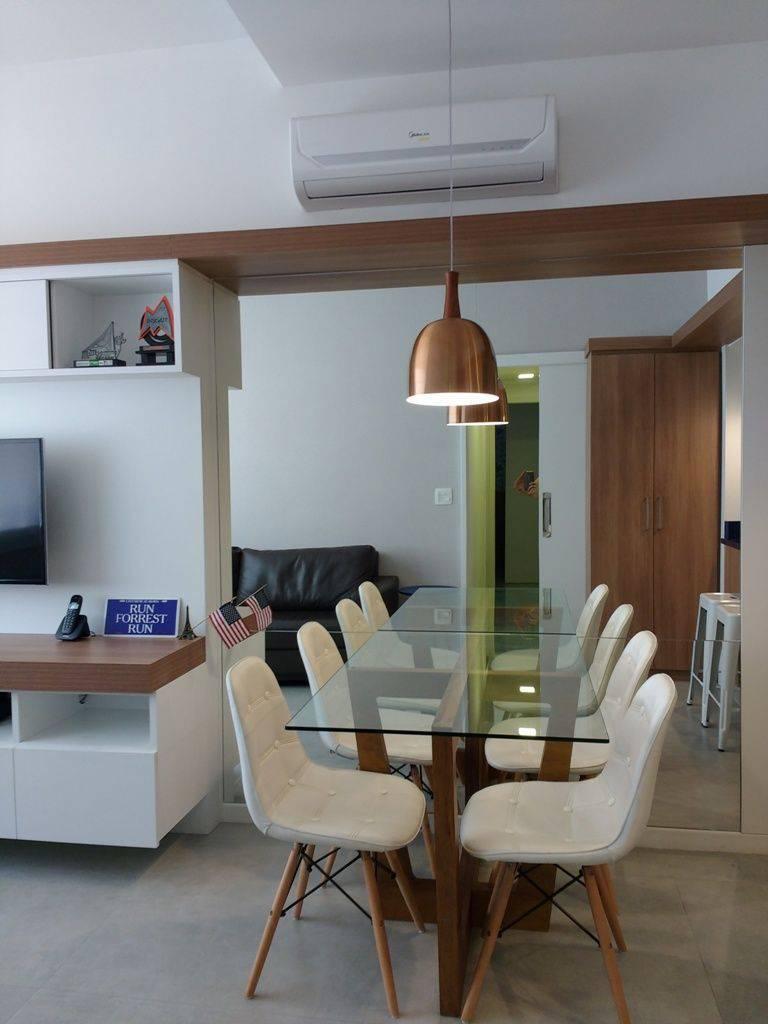 cadeira eames - pendente metálico bronze e cadeiras eames de tecido