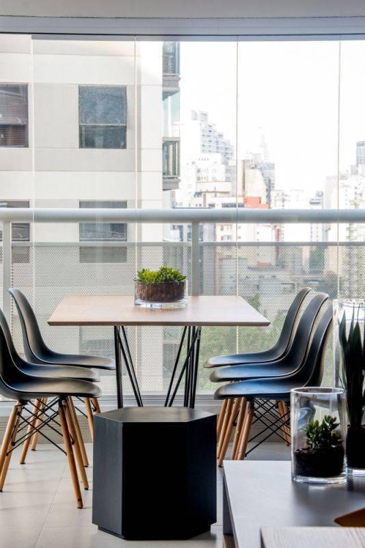 cadeira eames - varanda com mesa de jantar e cadeira eames