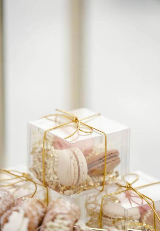 Caixinha de acrílico para lembrancinha com macarons dentro