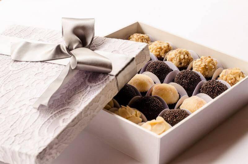Caixinha de madeira para lembrancinha com doces variados dentro