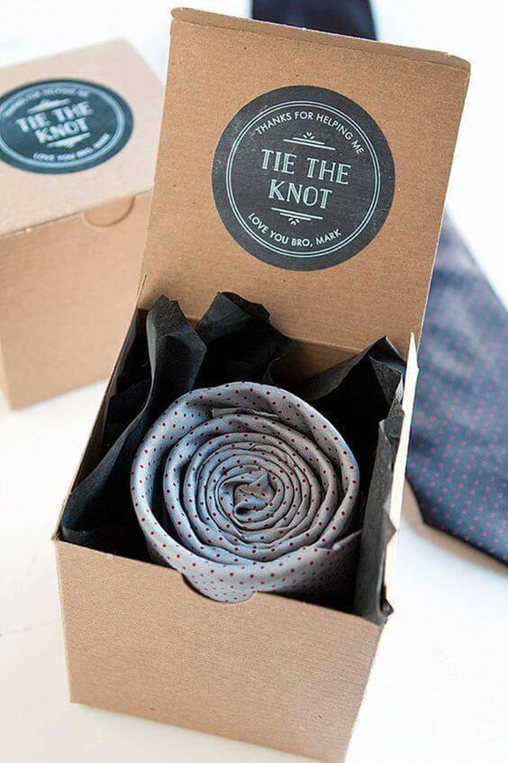 Caixinha de papel para lembrancinha com gravata dentro