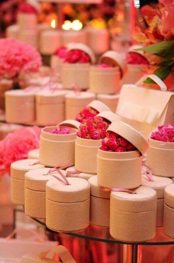 Caixinha para lembrancinha de festa com flores dentro