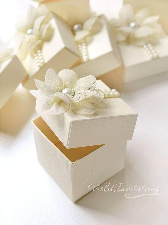 Caixinha para lembrancinha com flor de tecido e pérolas
