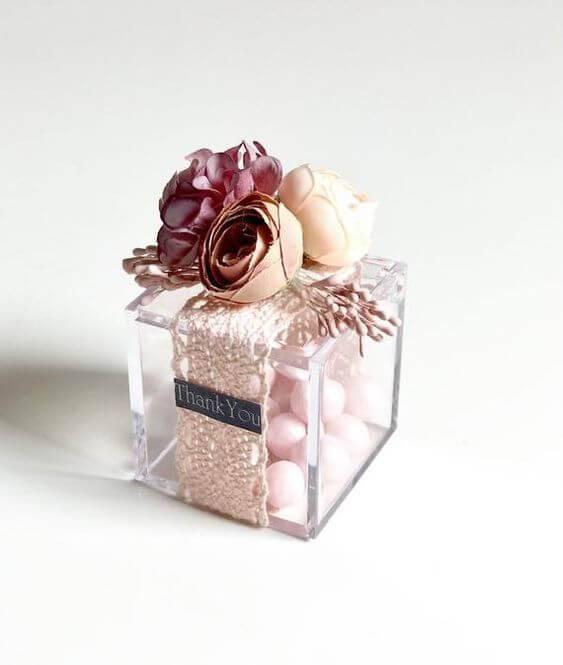 Caixinha para lembrancinha com renda e flores