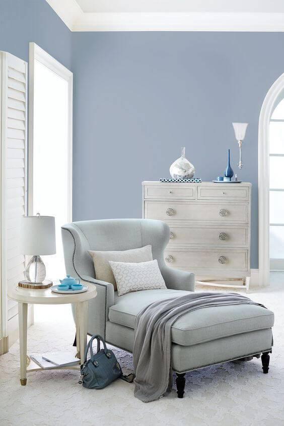 Cantinho do quarto com parede azul clara