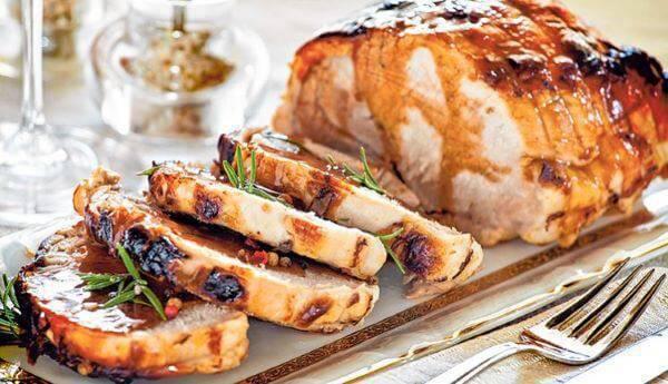 Ceia de ano novo com pratos deliciosos