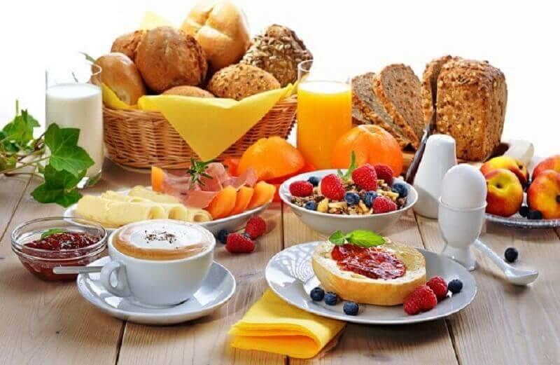 cesta de pães e frutas para decoração de mesa de café da manhã simples Foto Casinha Chique