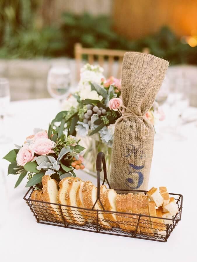 cesta de pães para mesa de café da manhã Foto Style me Pretty