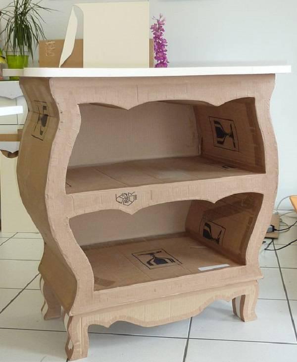 Complemente a decoração do ambiente com móveis de papelão como esta cômoda