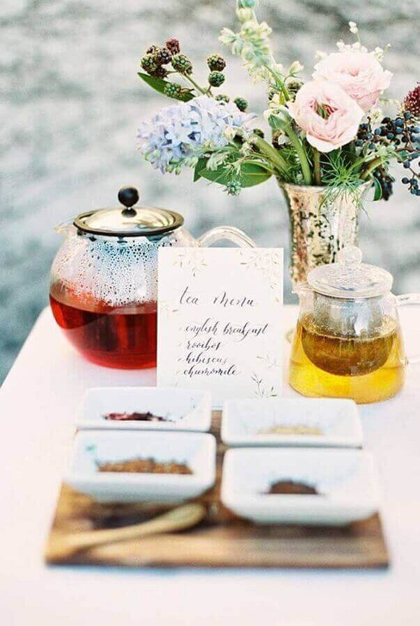 chás e arranjo de flores para mesa de café da manhã decorada Foto Pinosy