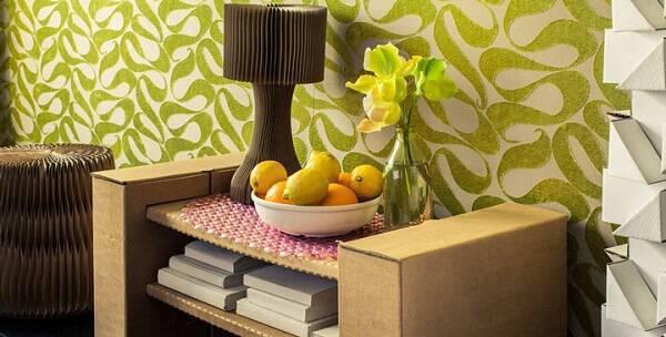 Criado mudo feito de papelão decora o ambiente