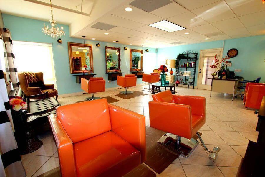 cor laranja - cadeiras de couro laranja e pendentes de vidro