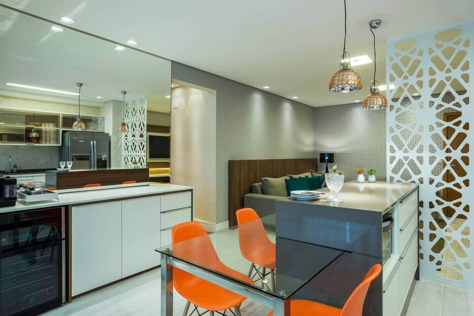 cor laranja - cadeiras laranja e pendentes cobre