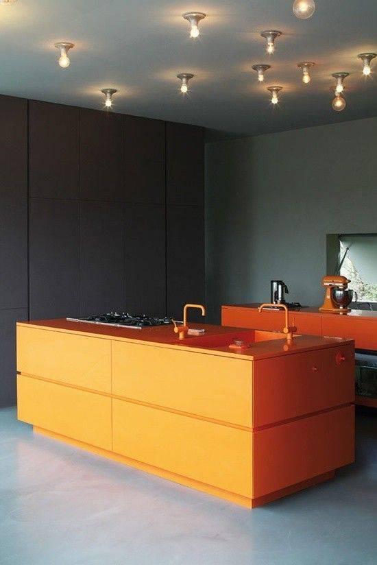 cor laranja - cuba esculpida laranja e piso de cimento queimado