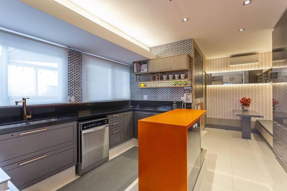 cor laranja - gabinete em marcenaria cinza e persianas brancas