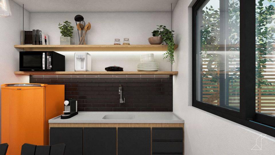 cor laranja - geladeira laranja em cozinha com móveis pretos