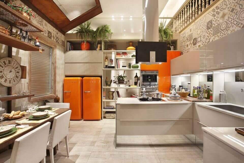 cor laranja - geladeiras laranjas, cadeiras neutras e persiana