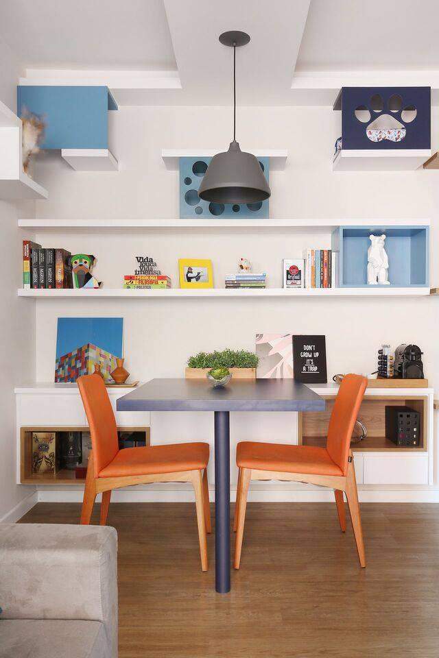cor laranja - mesa azul marinho e cadeiras laranjas