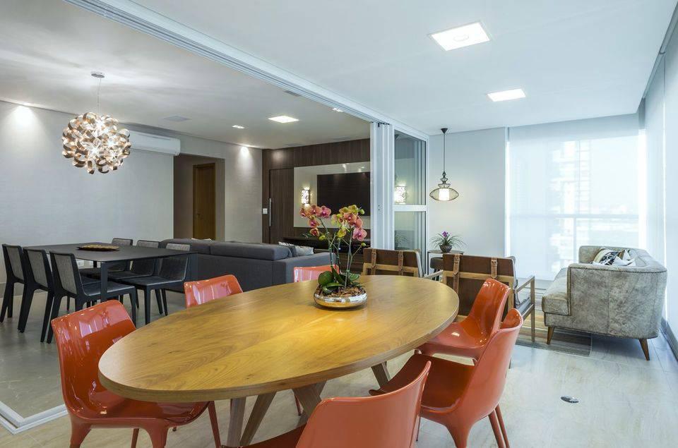 cor laranja - mesa de madeira e cadeiras laranja