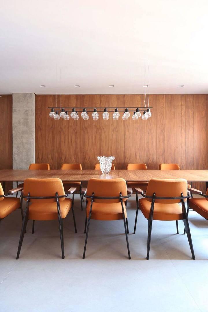 cor laranja - mesa de madeira e cadeiras laranjas
