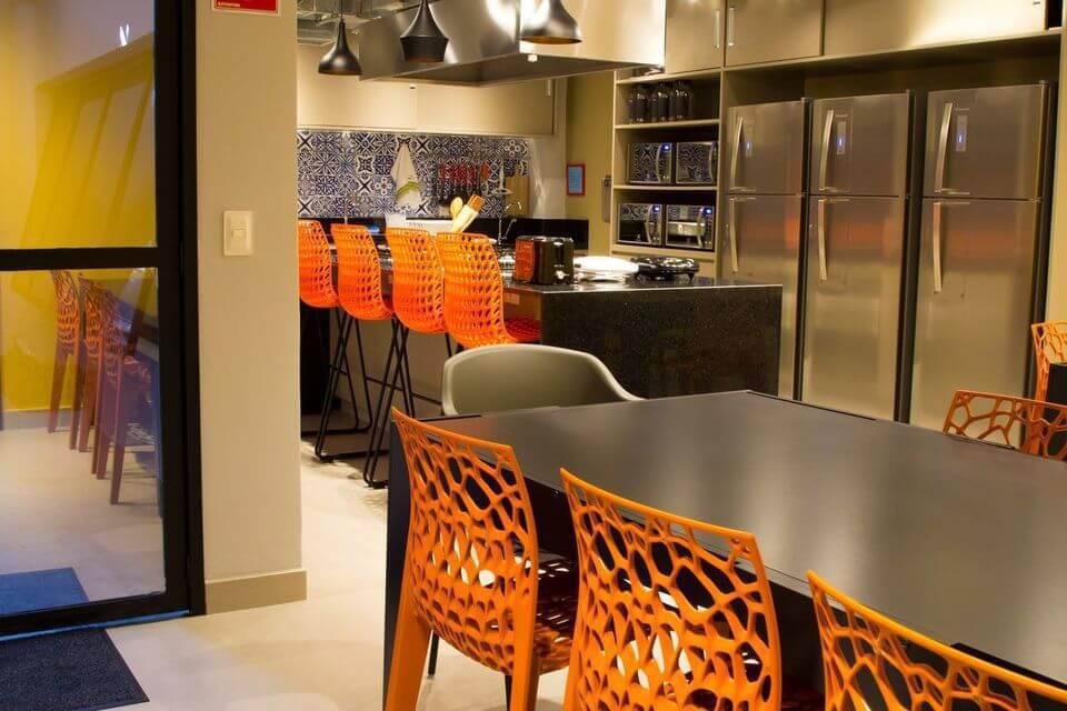 cor laranja - mesa preta e cadeiras laranjas