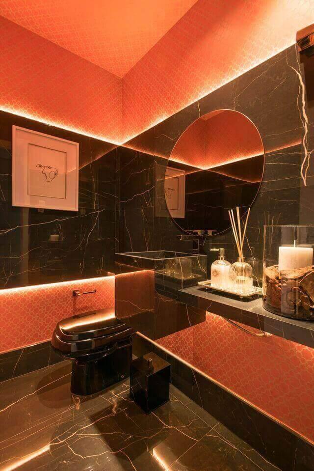 cor laranja - painel de mármore escuro e papel de parede laranja