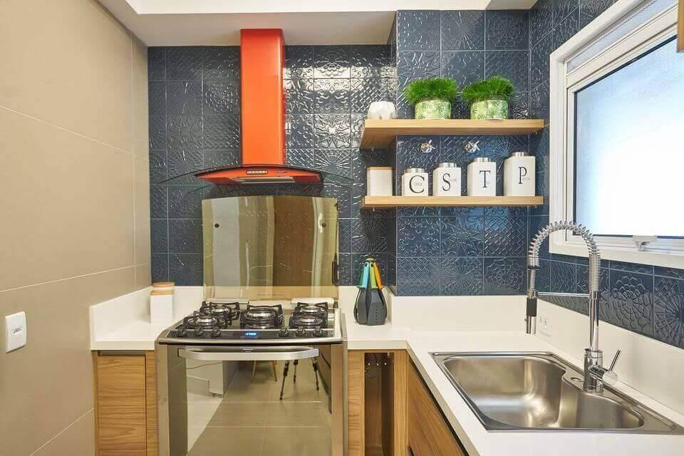 cor laranja - parede de azulejo escuro, cuba embutida e fogão