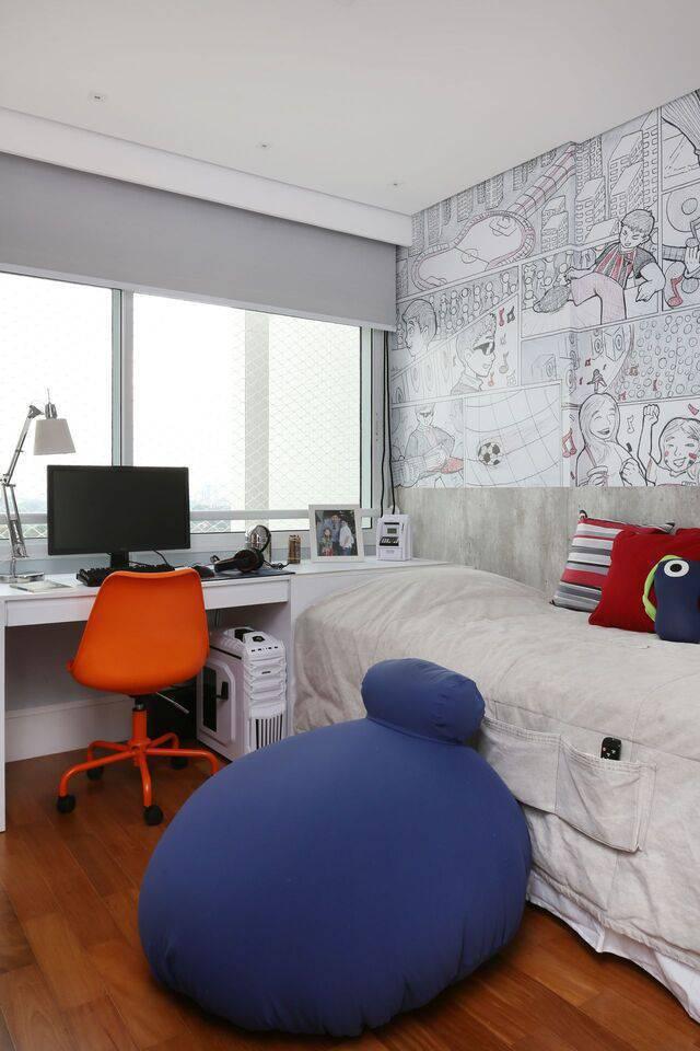 cor laranja - puff azul e cadeira laranja no quarto cinza