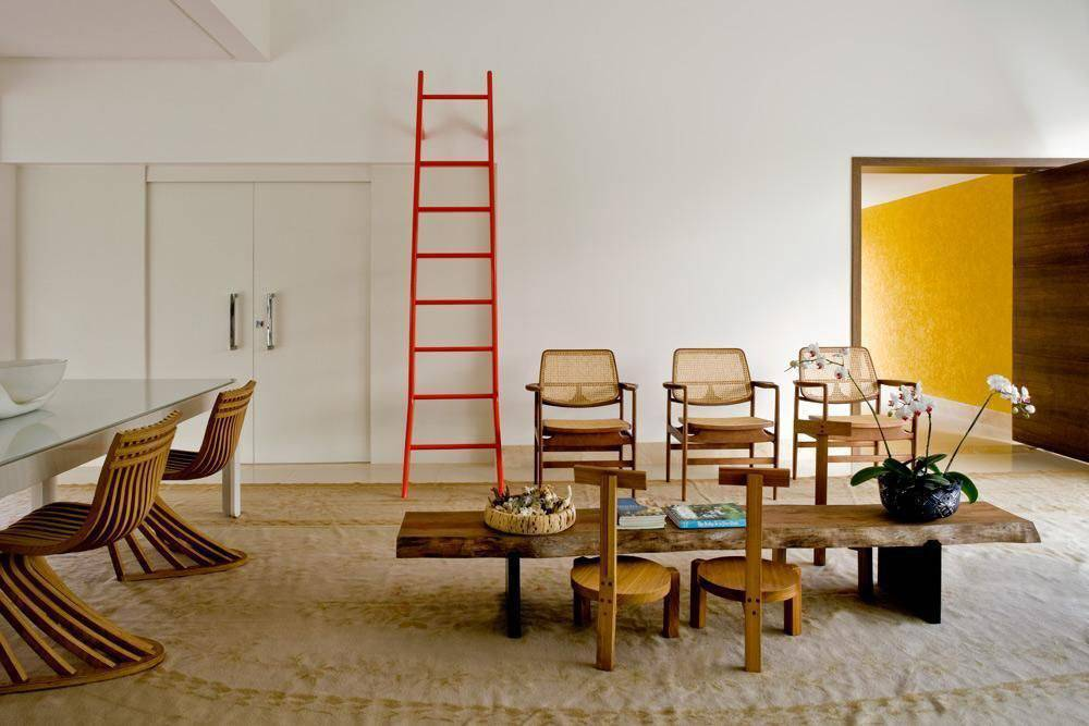 cor laranja - sala de estar com escada laranja