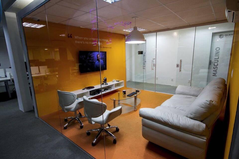 cor laranja - sala de reunião laranja e branco