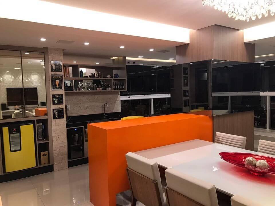 cor laranja - sala jantar integrada à cozinha e balcão laranja