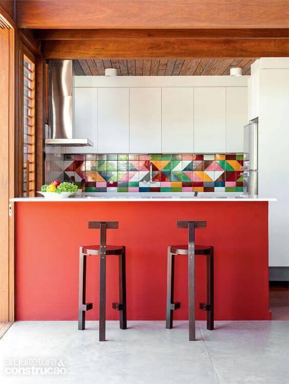 Cor vermelha com armários brancos