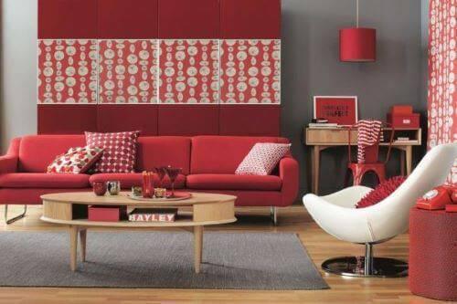 Cor vermelha na decoração de sala de estar