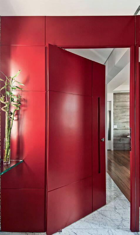 Cor vermelha na porta de casa