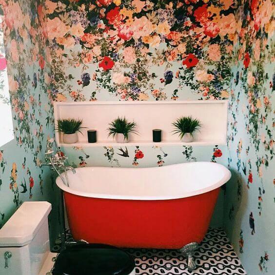 Banheira na cor vermelha com papel de parede floral