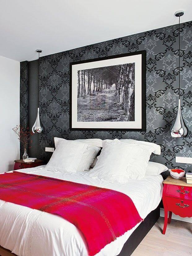 quarto de casal cinza com manta vermelha