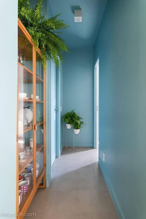 Corredor de casa com parede em azul claro