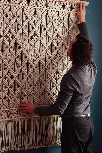 cortina de crochê - cortina de crochê sendo instalada