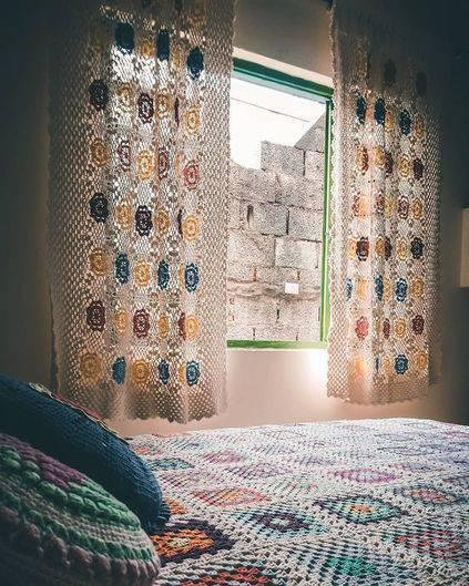 cortina de crochê - quarto com cortina colorida