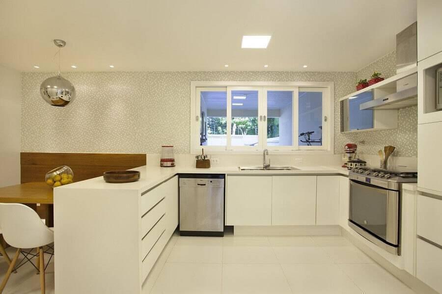 cozinha americana grande com armários brancos Foto Fernanda Azevedo Mancini