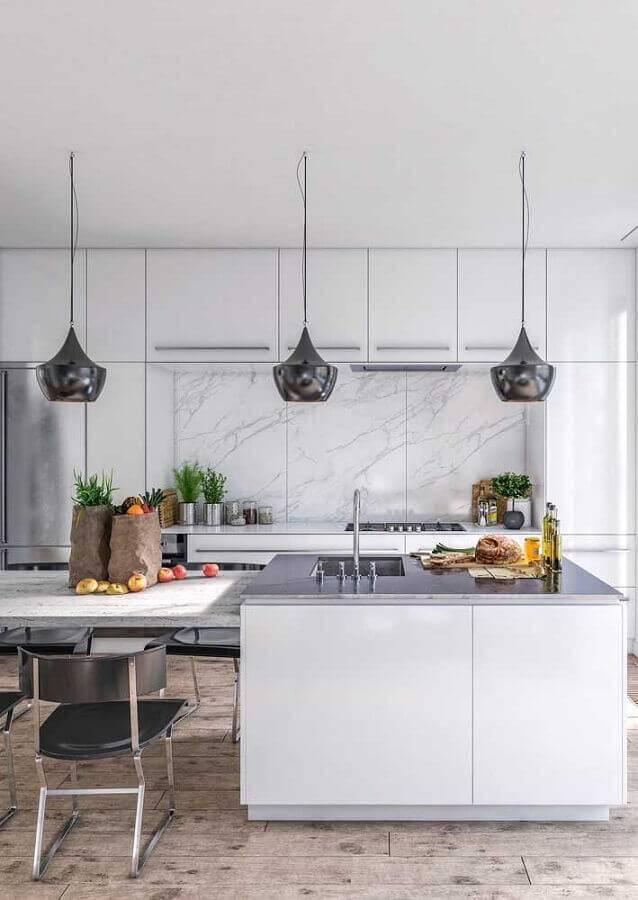 cozinha americana grande toda branca com pendente com acabamento metalizado Foto Behance