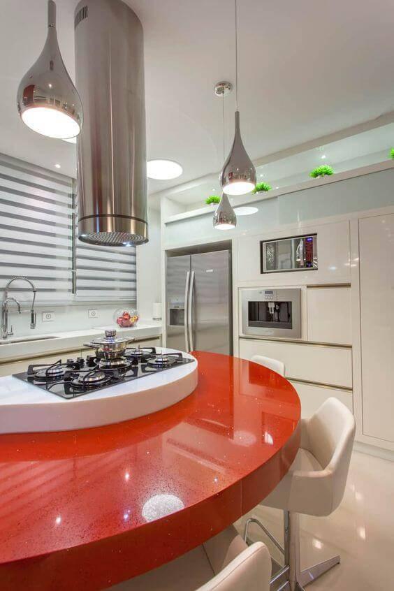 Cozinha branca com balcão na cor vermelha