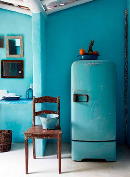 Cozinha com geladeira azul