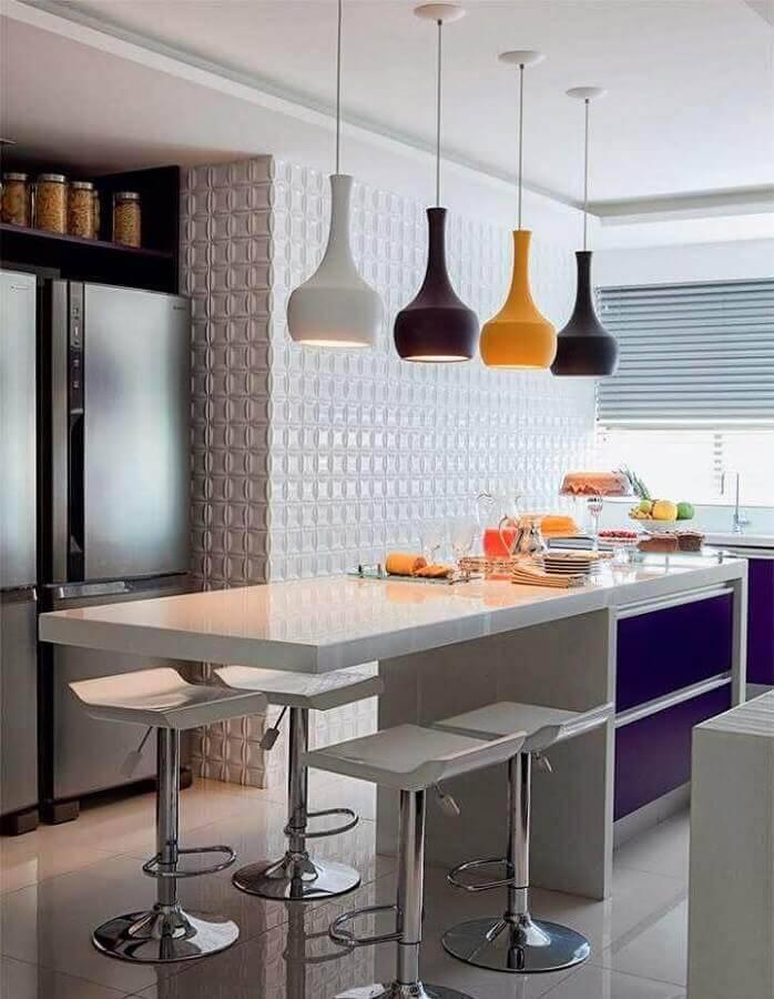 cozinha com ilha central decorada com pendentes coloridos  Foto Webcomunica