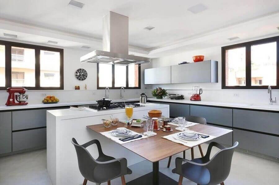 cozinha com ilha central e mesa de madeira acoplada Foto Start Arquitetura